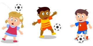Jonge geitjes die - Voetbal spelen Stock Foto's