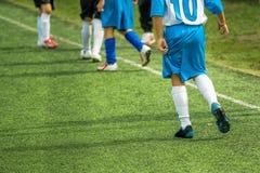 Jonge geitjes die Voetbal spelen Royalty-vrije Stock Foto