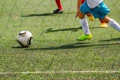 Jonge geitjes die Voetbal spelen Stock Fotografie