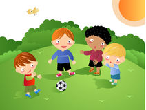 Jonge geitjes die - Voetbal spelen Stock Afbeeldingen