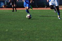 Jonge geitjes die Voetbal spelen Stock Foto's
