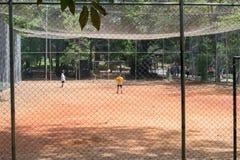Jonge geitjes die voetbal spelen bij het Aclimacao-Park in Sao Paulo Stock Foto's