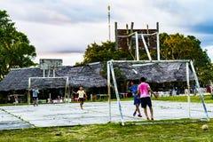 Jonge geitjes die voetbal spelen dichtbij het regenwoud van Amazonië van Iquitos stock foto