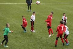 Jonge geitjes die voetbal of voetbal spelen Royalty-vrije Stock Foto's