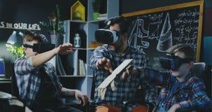 Jonge geitjes die VR-technologie in laboratorium onderzoeken stock footage