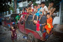Jonge geitjes in een krottenwijk in Djakarta stock foto