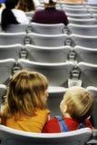 Jonge geitjes in een stadion Royalty-vrije Stock Fotografie