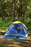 Jonge geitjes in een tent Stock Foto's