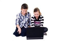 Jonge geitjes en computer Stock Afbeelding