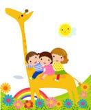Jonge geitjes en giraf Royalty-vrije Stock Foto