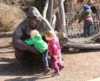 Jonge geitjes en gorilla Stock Fotografie