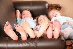 Jonge geitjes en naakte voeten Stock Foto's