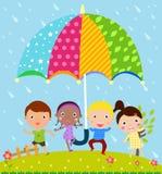 Jonge geitjes en paraplu Royalty-vrije Stock Afbeeldingen