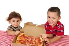 Jonge geitjes en pizza Royalty-vrije Stock Fotografie