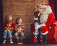 Jonge geitjes en Santa Claus stock fotografie