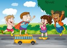 Jonge geitjes en stuk speelgoed bus Royalty-vrije Stock Foto's