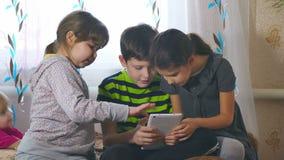 Jonge geitjes en tablet stock footage