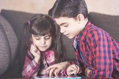 Jonge geitjes en technologieconcept stock foto