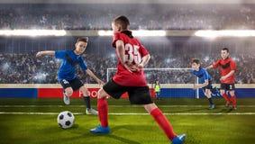 Jonge geitjes fotball spelers die voor de bal worstelen royalty-vrije stock fotografie