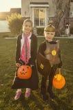 Jonge geitjes Gaande Truc of het Behandelen op Halloween royalty-vrije stock afbeelding