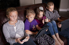 Jonge geitjes gebruikend Mobiele Apparaten Royalty-vrije Stock Foto