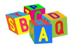 Jonge geitjes gekleurde kubussen met brieven Stock Fotografie