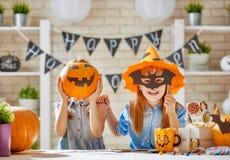 Jonge geitjes in Halloween stock afbeeldingen