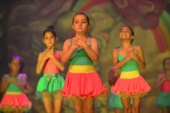 Jonge geitjes het dansen moderne dans Stock Foto's