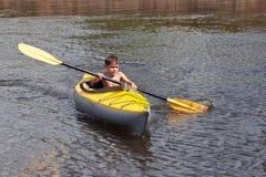 Jonge geitjes het kayaking Royalty-vrije Stock Afbeeldingen