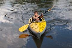 Jonge geitjes het kayaking Stock Foto