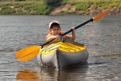 Jonge geitjes het kayaking Stock Afbeeldingen