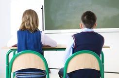 Jonge geitjes in het klaslokaal Stock Foto