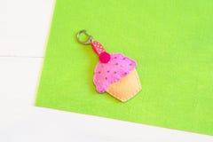 Jonge geitjes keychain Gevoeld cupcake Met de hand gemaakt gevoeld keychain voor handtas of aktentas Stock Foto's