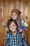 Jonge geitjes klaar om houten muur opnieuw te schilderen royalty-vrije stock fotografie