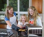 Jonge geitjes klaar om koekjes te eten vers uit de oven royalty-vrije stock fotografie