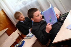 Jonge geitjes in klaslokaal het bestuderen Royalty-vrije Stock Fotografie
