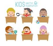 Jonge geitjes in klaslokaal, kind in klaslokaal, jonge geitjes die in klaslokaal, illustratie bestuderen van jonge geitjes die in Royalty-vrije Stock Afbeelding