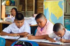 Jonge geitjes in klasse van basisschool, Thailand Stock Afbeeldingen