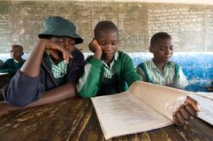 Jonge geitjes in Klasse in Zimbabwe