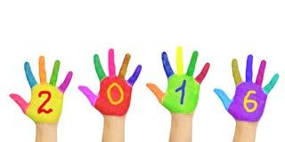 Jonge geitjes kleurrijke handen die nummer 2016 vormen Stock Fotografie