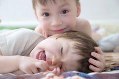 Jonge geitjes lachen, gelukkige kinderen die portret glimlachen, die samen siblings, meisje en jongen, broer en zuster spelen Stock Foto