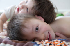 Jonge geitjes lachen, gelukkige kinderen die portret glimlachen, die samen siblings, meisje en jongen, broer en zuster spelen Stock Foto's