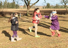 Jonge geitjes - meisjes die bleekgeel blinde spelen Stock Foto's