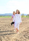 Jonge geitjes - meisjes die op gebied lopen Royalty-vrije Stock Afbeeldingen