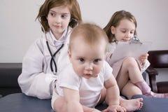Jonge geitjes met baby Royalty-vrije Stock Foto's