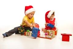 Jonge geitjes met de giften van Kerstmis Stock Afbeeldingen