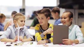 Jonge geitjes met de programmering van tabletpc op roboticaschool