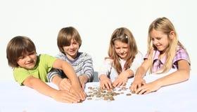 Jonge geitjes met geld Stock Afbeelding