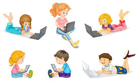 Jonge geitjes met laptop stock illustratie