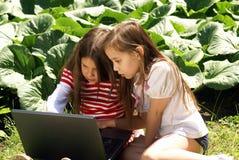Jonge geitjes met laptops royalty-vrije stock afbeeldingen